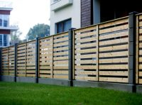 Дерев'яний паркан біля котеджу